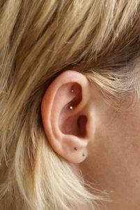 Dauernadeln im Ohr